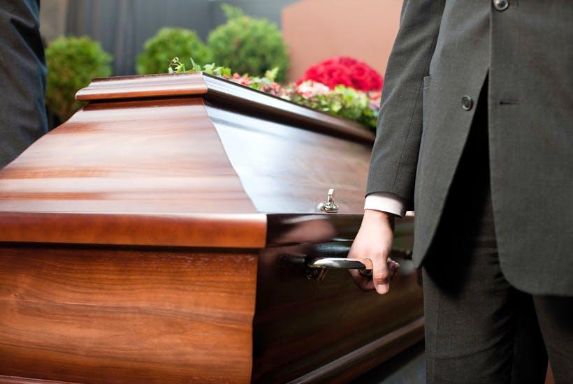 Cine te ajuta cu servicii profesionale de transport funerar